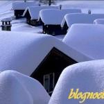 Chalets de montagne sous la neige