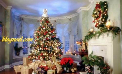 Sapin et cadeaux dans un salon - Résolution: 1680×1018 pixels